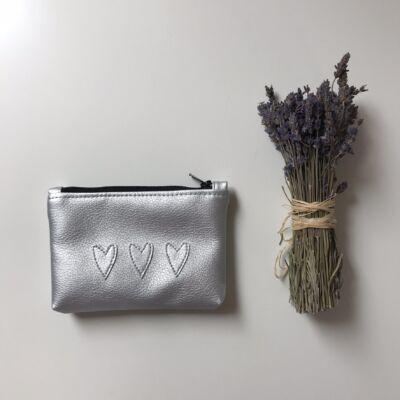 MINI neszeszer - ezüst ezüst szívekkel